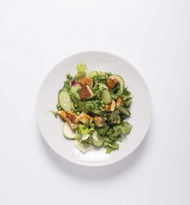 Žaliosios salotos su keptu varškės sūriu